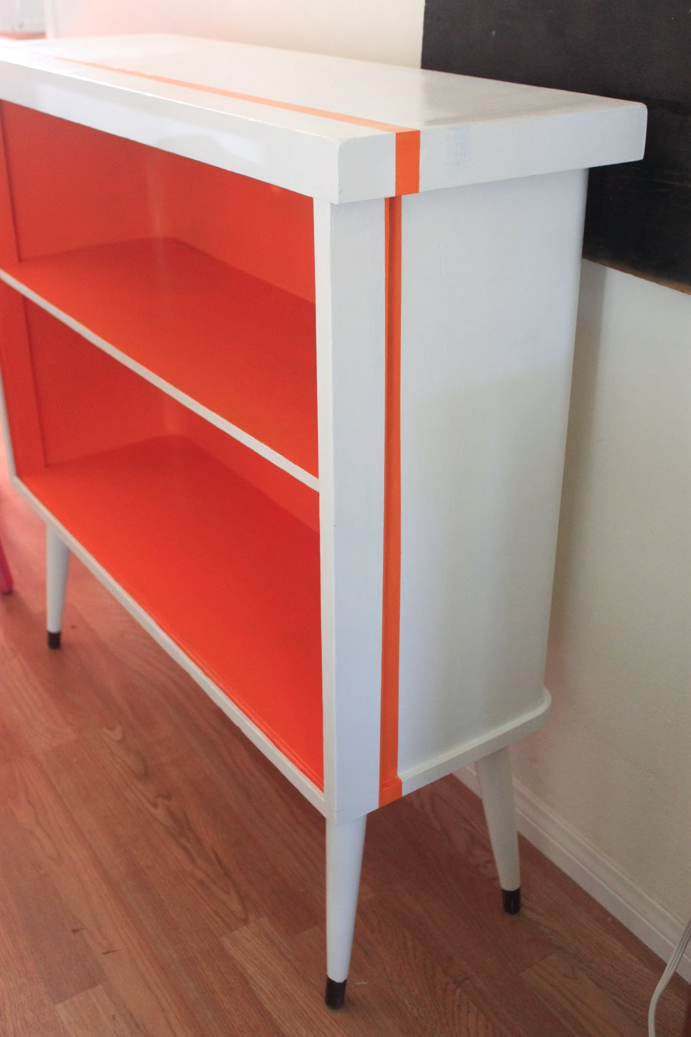 Tang mid century modern bookcase make over queen b for Diy modern bookshelf